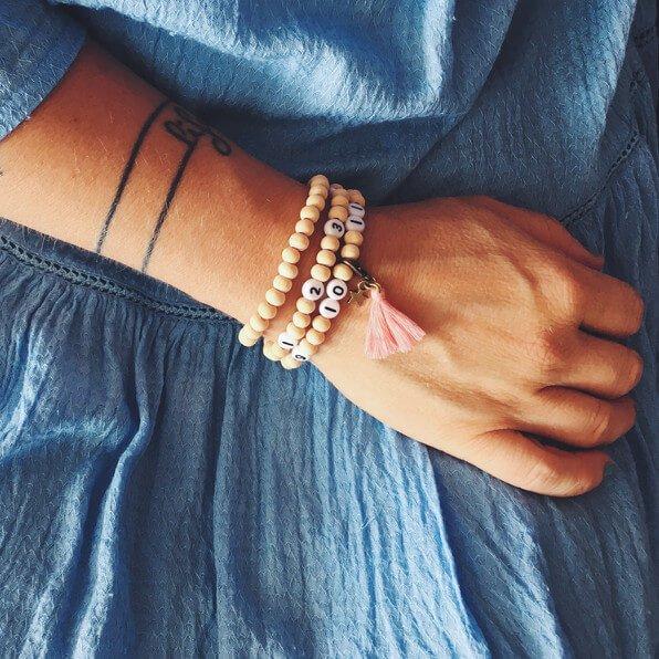 Une femme porte un bracelet d'allaitement à son poignet