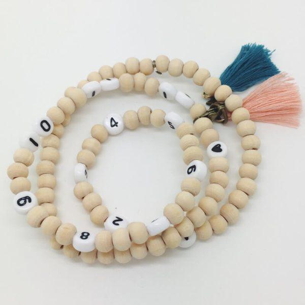 Les bracelets d'allaitement avec le pompon saumon et le pompon bleu