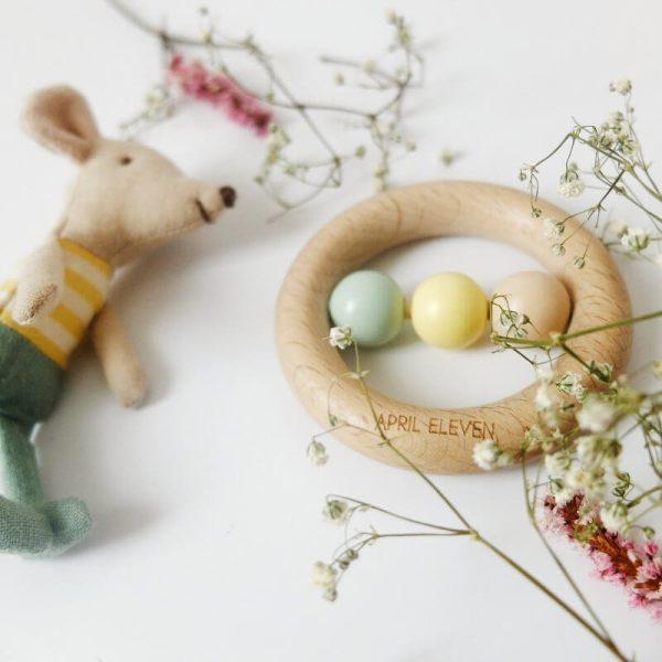 Hochet bébé April Eleven et ses trois perles pastel