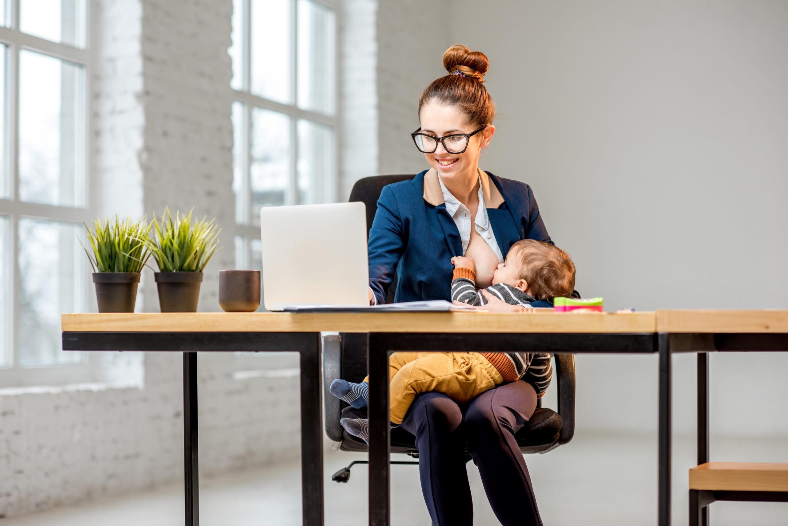 entrepreneure allaitant son bébé