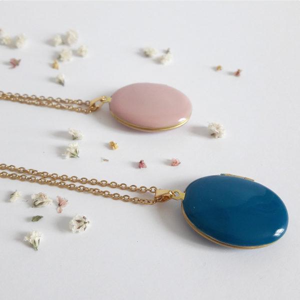 Deux colliers médaillons, un bleu et un rose