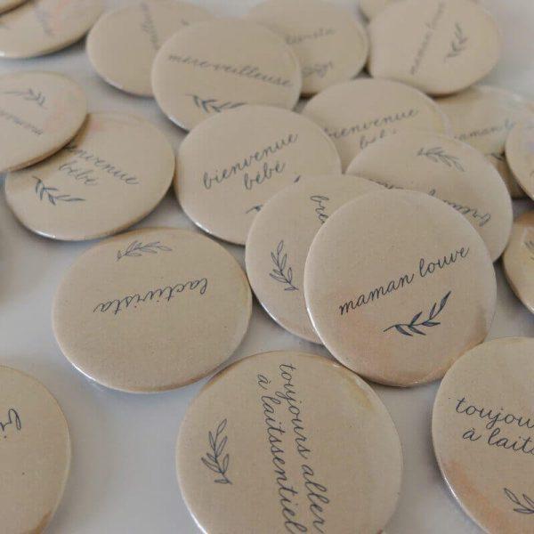 Les badges allaitement de la collaboration L'Embrasse Cœur x Comme sur un nuage