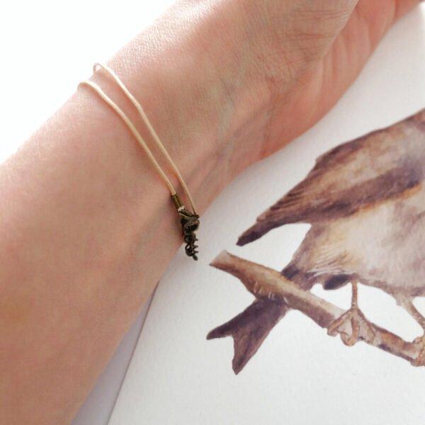 Le bracelet à message est ajustable à tous le spoignets grâce à sa chainette de réglage