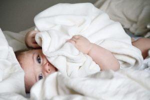 Le bain enveloppé, une technique bienveillante pour apaiser bébé