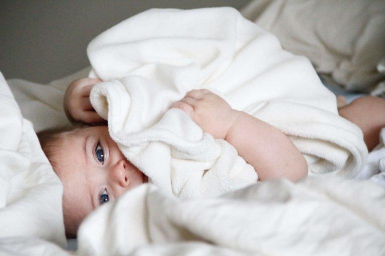 Le bain enveloppé, un cocon de bien-être pour bébé
