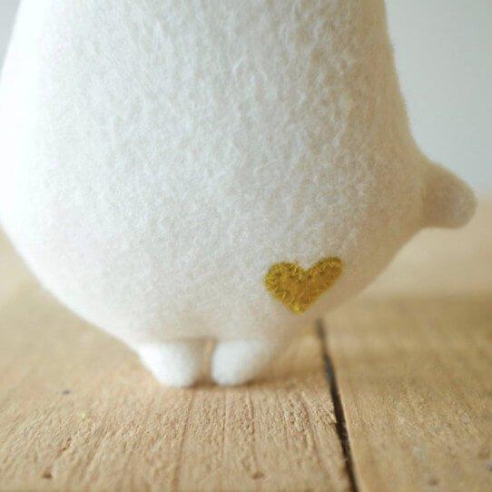 Détail coeur sur le doudou bio Arbrisoin Les Gugus
