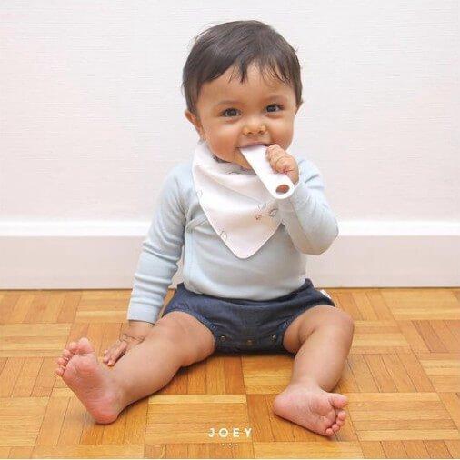 Un bébé porte le bavoir bandana Joey