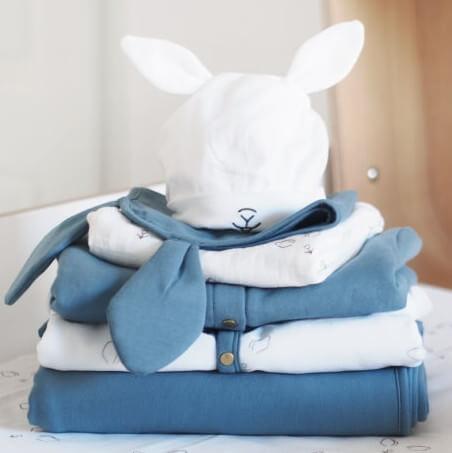 Le bonnet de naissance, un indispensable à glisser dans votre valise de maternité