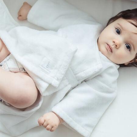 Un bébé en kimono de naissance Joey