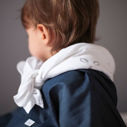 Un enfant porte le maxi lange comme un foulard