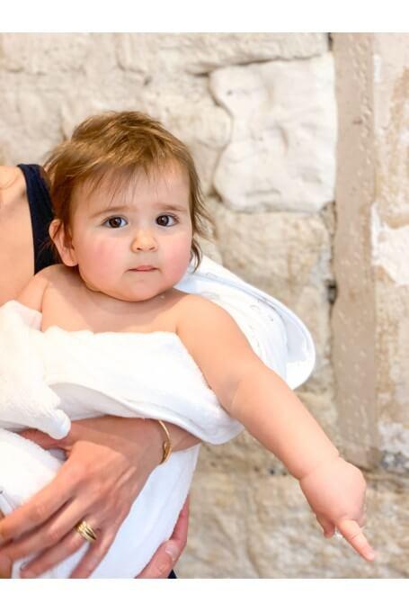 Un bébé dans une sortie de bain naissance Joey