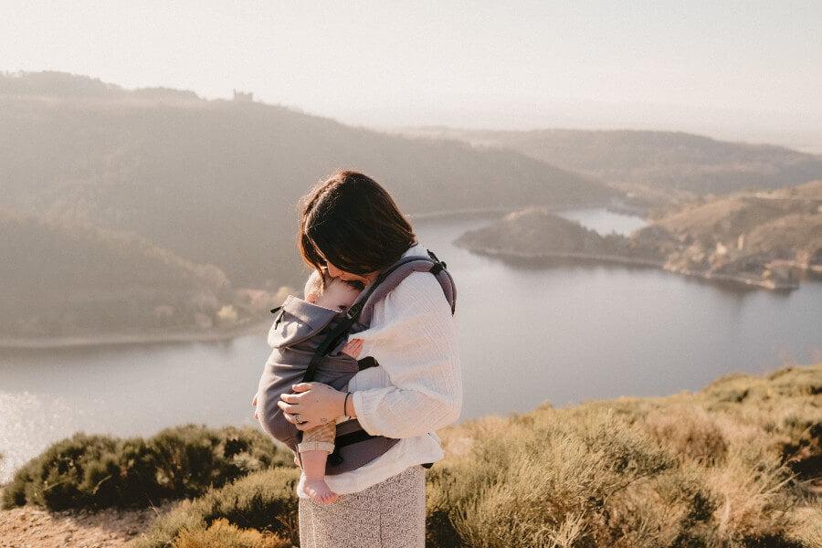 Un câlin porté envoie de l'ocytocine à bébé et aide à apaiser la poussée dentaire