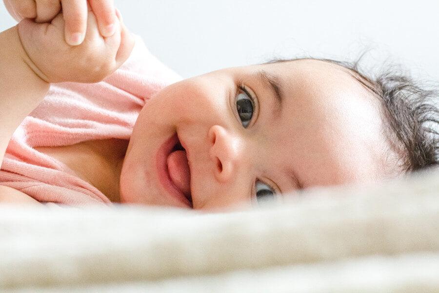 Surélever la tête de bébé avec une serviette posée sous le matelas permet de soulager la poussée dentaire