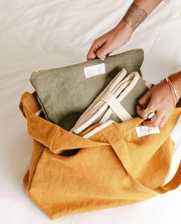La pochette en lin Adorna peut être associée au matelas à langer nomade et au cabas - sac à langer de la marque