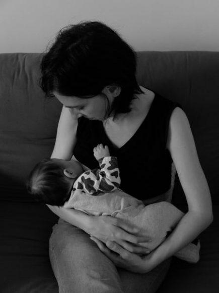 L'Embrasse Cœur - Claire, sa créatrice allaitant sa fille - page à propos